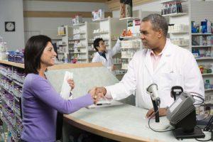 Un délégué pharmaceutique qui conclut un contrat de vente avec un pharmacien